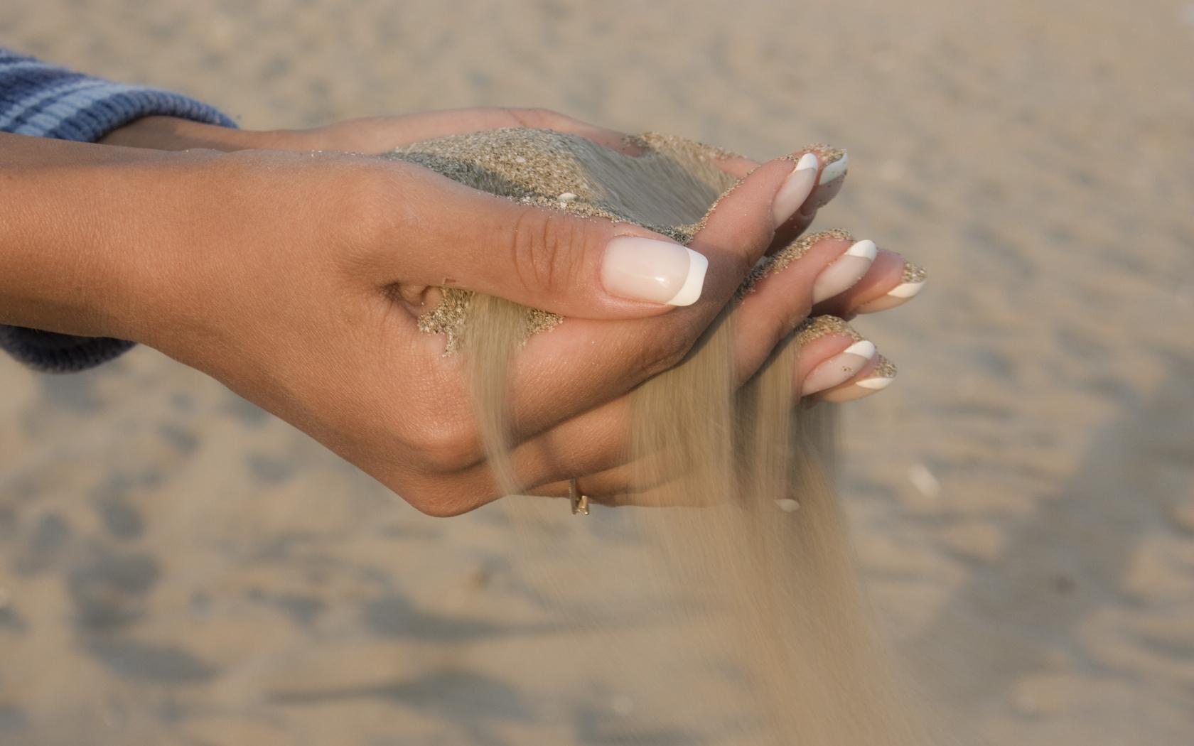 Красивые женские руки держащие член фото2