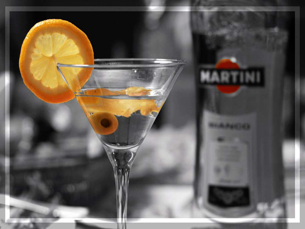 Картинка Долька апельсина и оливки в бокале мартини HD фото, обои ...