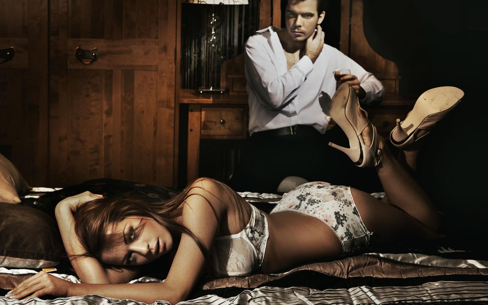 Женщина ползет к мужчине на кровать